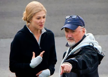 Fincher directs Rosamund Pike on the set of Gone Girl.