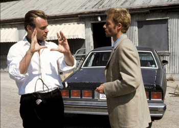 Nolan on the set of Memento with Guy Pearce